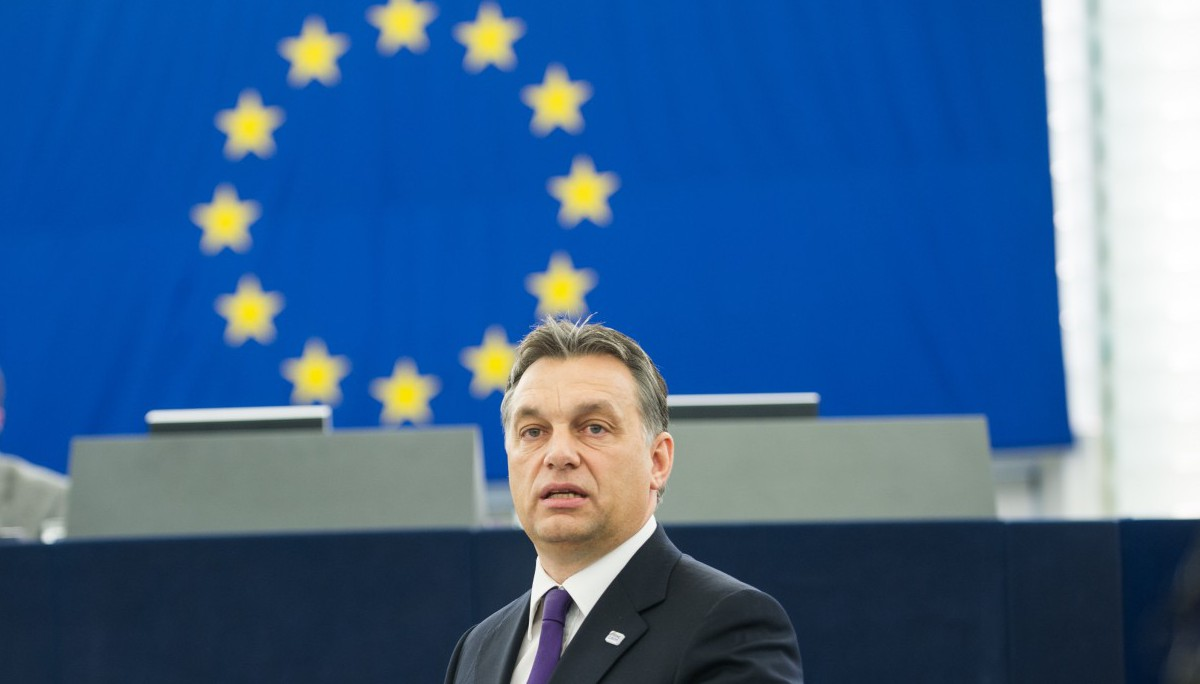 Orbán egyre keményebben támadja az EU-t. A testvére cége közben most kapott tőlük közel 300 milliót