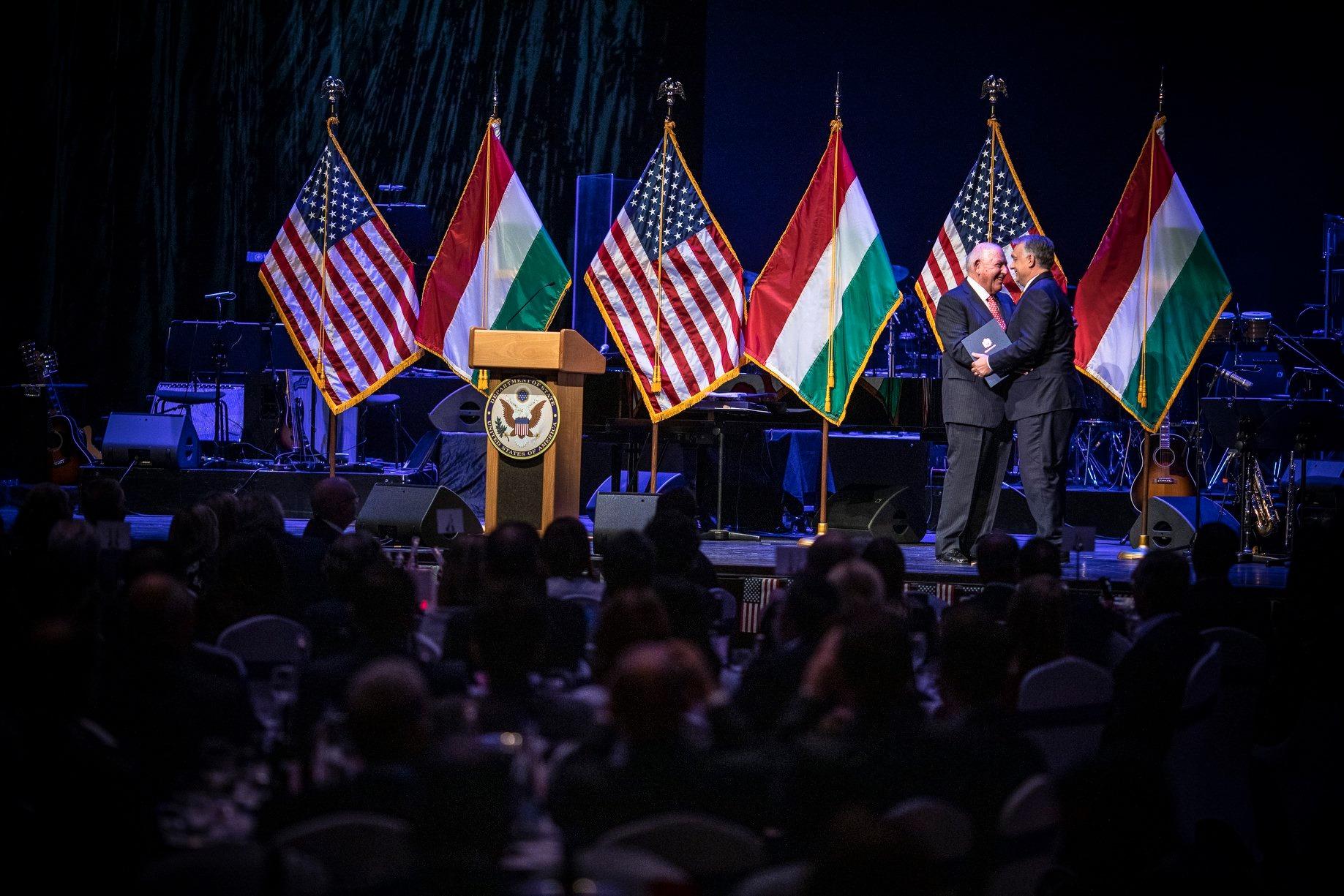 Friss hírek: A miniszterelnök sok mindent ígért titokban a Budapestre költöző orosz vezetésű IIB miatt aggódó amerikaiaknak. Közben pedig a kormány Washingtonban próbálja puhítani az amerikai képviselőket, hogy minden rendben a sokaknak gyanús bankkal.