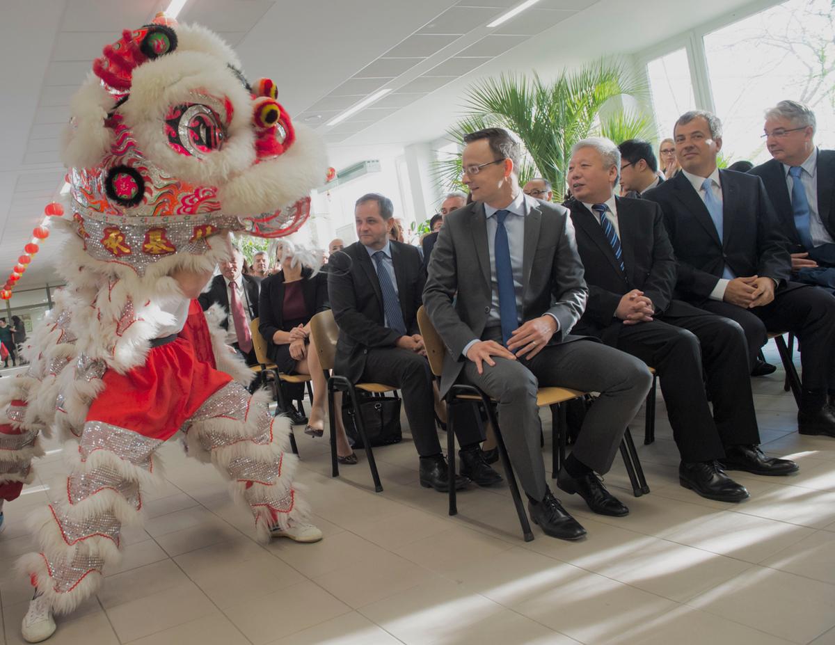 Friss hírek: Oláh Lajos nagyon bedolgozta magát a kínai témába. Annyira sikeres, hogy még Szijjártó Péter külügyminiszter is rendszeresen mutatkozik vele együtt. Egyik ismerőse pedig havi 23 millióért üzemeltet kínai kereskedőházakat.